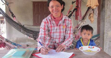 Perl Sinat er en af de kvinder, der har deltaget i en spare-lånegruppe og blevet undervist i sine rettigheder. Hun er nu selv frivillig og fortaler for kvinders ret til at deltage i lokale beslutninger. Fotograf: Folkekirkens Nødhjælp