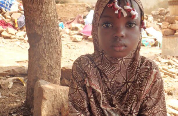 Aminatous familie har fundet et midlertidigt hjem hovedstaden Bamako. Her kæmper hendes far hårdt for at forsørge sine egne syv børn og de fire plejebørn, som familien har taget til sig. Det er familier som Aminatous, der får glæde af pengene fra Danmarks Indsamling 2018. Foto: Lotte Pérez Valera Jensen