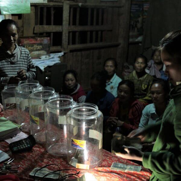 Før gemte de fattige bønder i Laos' afsidesliggende bjerglandsbyer deres få spareskillinger under madrassen. Med penge fra Danmarks Indsamling har bønderne nu lært, hvordan de via spare-låne-grupper kan lave deres egen bank, hvor de opspare og låne penge. Foto: Erik Junge Madsen / CARE