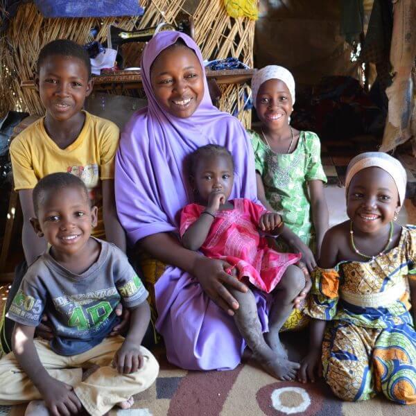 Efter et år på flugt, hvor børnene var tæt på at sø af sult, har Lami og hendes familie nu ikke bare et hjem, men også en fremtid. Lami arbejder som skrædder, og hendes børn får hjælp til at bearbejde de traumer, som et år på flugt har givet dem. Foto: Rakiétou Hassane Mossi / CARE