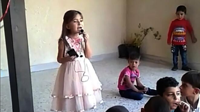 Hvordan erDims - en kræftramt syriskpigepå flugt- endt med en mikrofon i hånden, et fast blikogsmil på læben?Foto: FDCD/Danmission