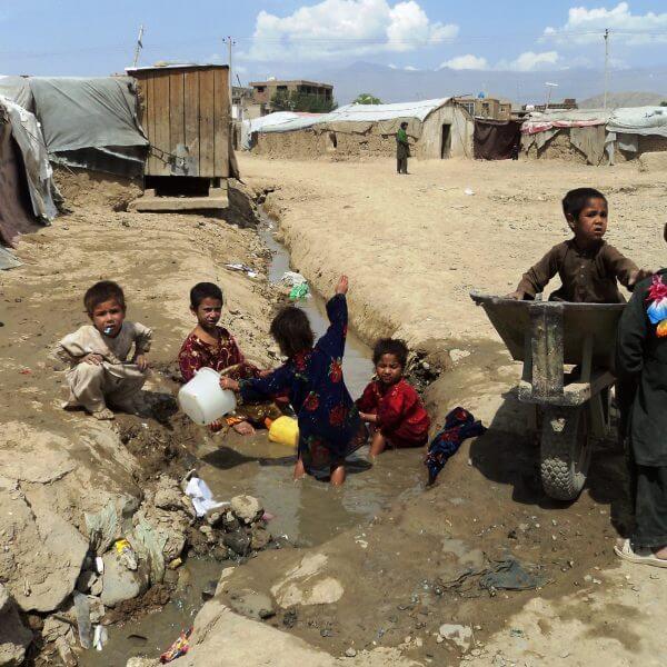 Flere end halvdelen af Afghanistans børn er underernærede. De får hjælp af Dansk Flygtningehjælp.
