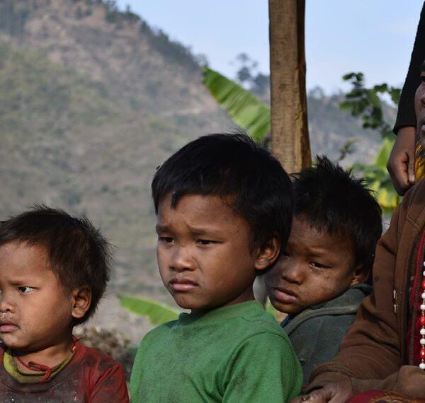 Jordskælvet i 2015 spøger stadig i Nepal. Folkekirkens Nødhjælp hjælper 13.000 sårbare familier med bl.a rent vand, etablering af skoler, skolekøkkenhaver, spare-lånegrupper, så de kan komme tilbage til et normalt liv. (Foto: Laura Kjeldbjerg)