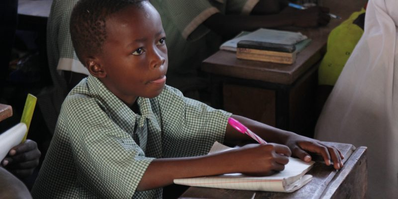 Flygtningelejren Kakuma i Kenya er Salimu Abdullahis hjem. Men Salimus barndom og barndomshjem er præget af fattigdom og utryghed. Bedre skolegang og gode fritidsaktiviteter skal give flygtningebørn en bedre fremtid. Foto: Mathilde Utzon