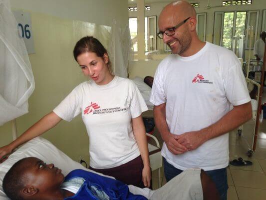 """""""Med en effektiv behandling mod hiv er det muligt at leve et nogenlunde normalt liv"""", siger vores direktør Jesper Brix, som her besøger vores hiv-projekt i Kinshasa i DR Congo. © Anne Sophie Bonefeld/Læger uden Grænser"""