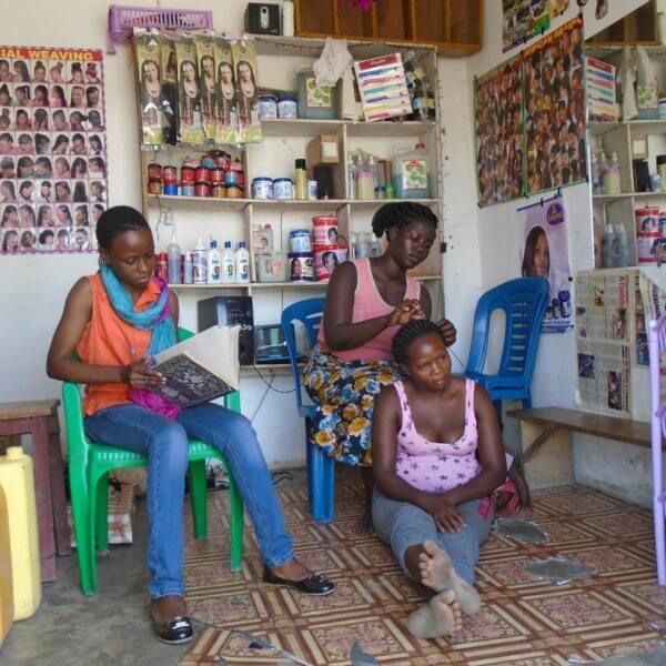 Kundeservice er et af de aspekter ved frisørfaget, som Alinaitwe har beskæftiget sig med i sin faglige træning. Foto: Red Barnet