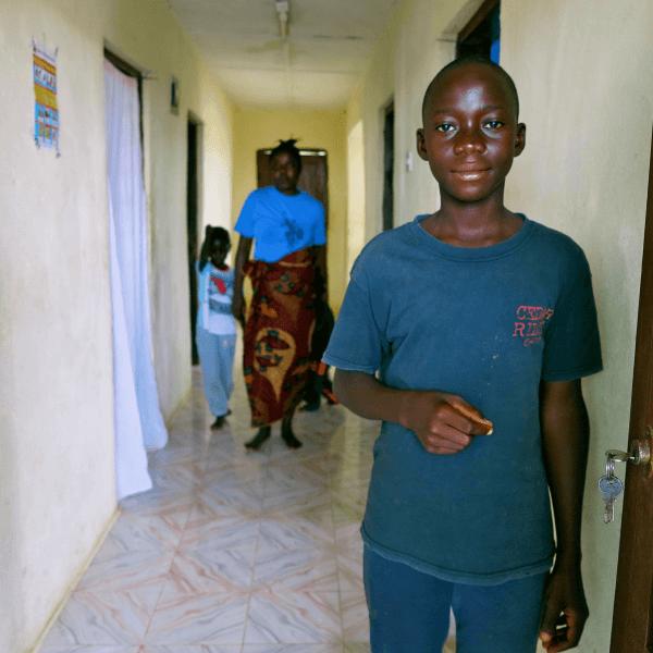 Francis blev forældreløs under ebola epidemien. Og han mistede ikke bare sine forældre, men også sit barndomshjem. UNICEF vil hjælpe flere udsatte børn som ham i Sierra Leone. Foto: UNICEF/Sierra Leone